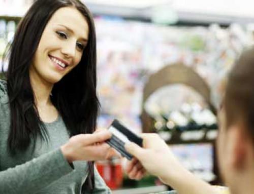 """""""Můžete přiložit…"""" Češi stále častěji vytahují bezkontaktní platební karty"""