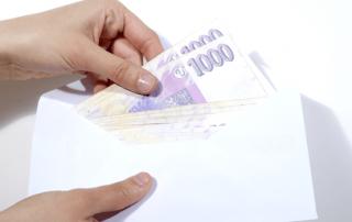 Peníze schované v obálce - ilustrační foto